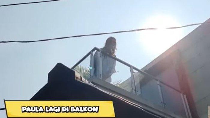 Paula Verhoeven di balkon untuk bisa bertemu dengan Kiano dan Baim Wong dari jarak jauh.