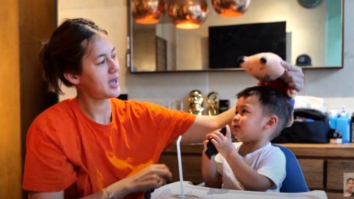 Paula Verhoeven main sama Kiano yang sudah sembuh dari flu Singapura