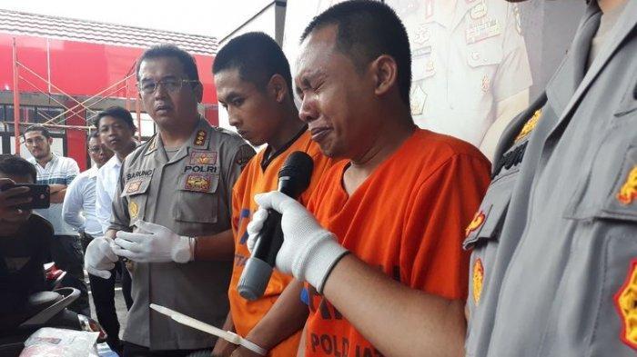 Aris Sugianto, pelaku pembunuhan Budi Hartanto, mewek saat polisi merilis kasus di Mapolda Jatim, Senin (15/4/2019)