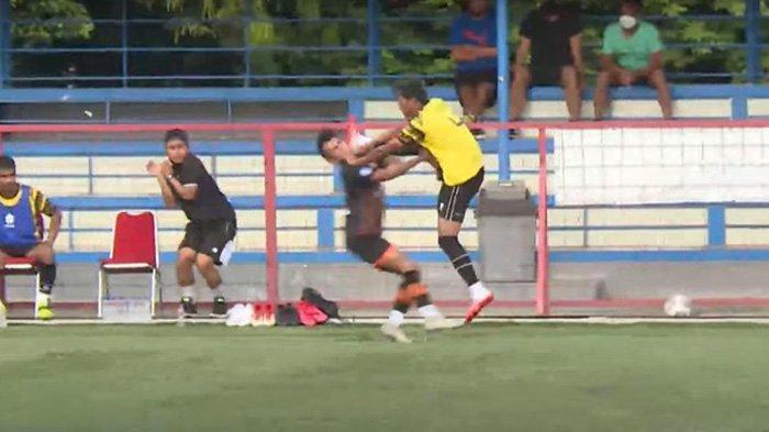 Pemain AHHA PS Pati saat melakukan tendangan 'kungfu' pada pemain Persiraja Banda Aceh.