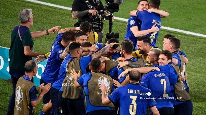 Para pemain Italia merayakan gol pertama tim selama pertandingan sepak bola Grup A UEFA EURO 2020 antara Italia dan Swiss di Stadion Olimpiade di Roma pada 16 Juni 2021.