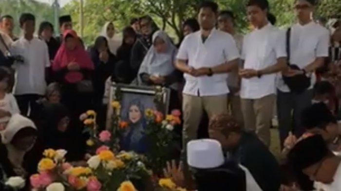 Pemakaman Hj Dian Djuriah Rais alias Dian Al Mahri, Pemilik Masjid Kubah Emas Depok Jawa Barat, Jumat 29 Maret 2019 jam 14.30 WIB di depan Masjid Kubah Emas Depok yang didirikannya.