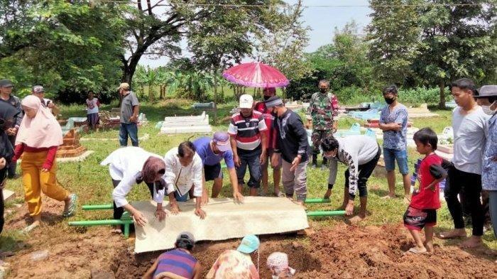 Pemakaman Raden Tri Sakti meninggal dunia karena gangguan syaraf dan mengeluh sakit kepala. Dokter menduga terkena radiasi hape, karena kecanduan game online.