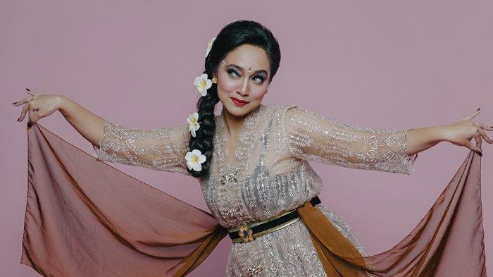 Penampilan Bella Fawzi di lagu Penari di Hatiku.