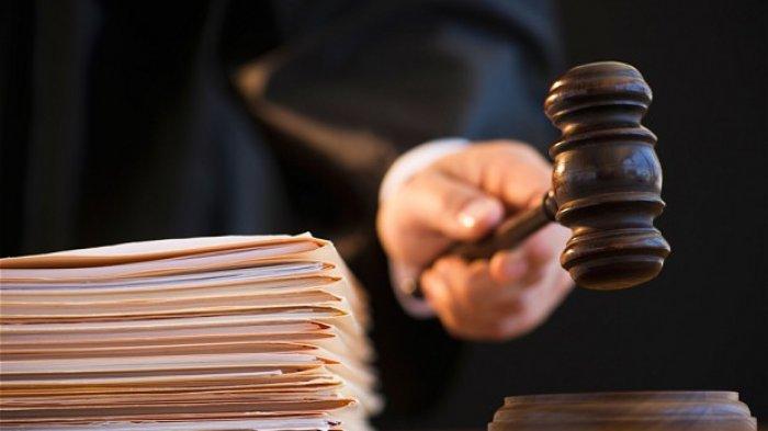 Hakim mengetok palu di pengadilan.