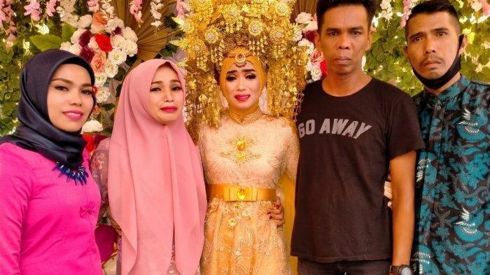 pengantin perempuan sendirian di pelaminan