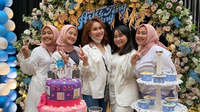 Ayu Ting Ting rayakan ulang tahunnya yang ke-29.