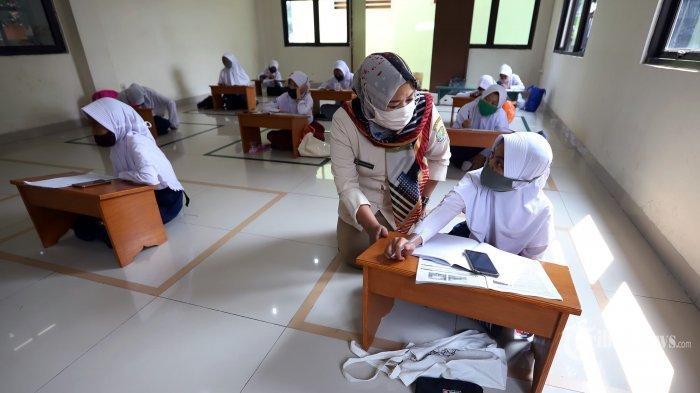 Petugas Kelurahan Jatirahayu membimbing para siswa Sekolah Dasar (SD) belajar tatap muka.