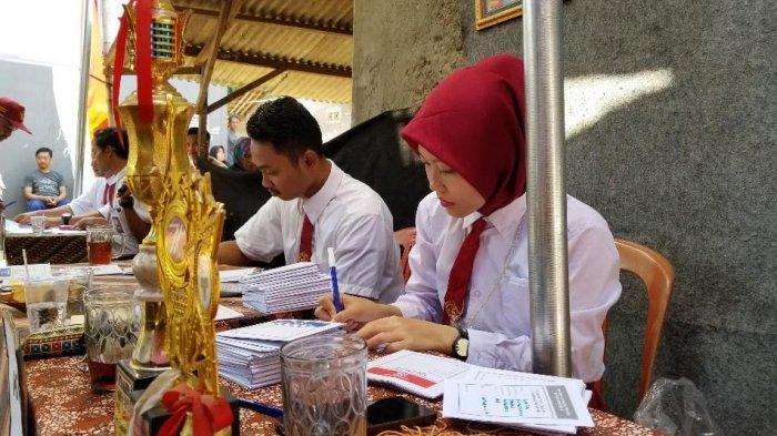 Petugas KPPS di TPS 07 Kelurahan Neroktog, Kecamatan Pinang, Kota Tangerang yang mengenakan pakaian seragam Sekolah Dasar saat Pemilu 2019, Rabu (17/4/2019).