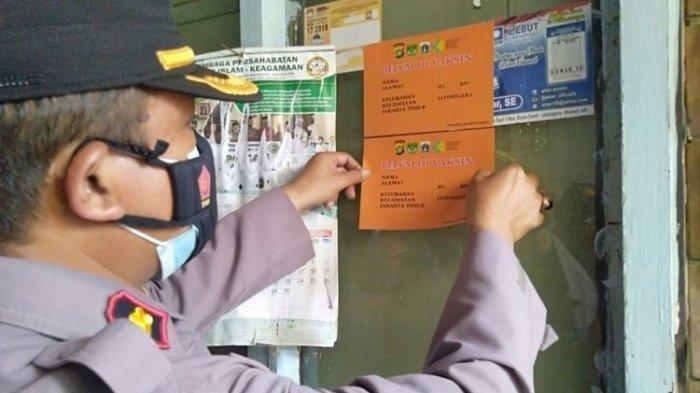 Petugas mulai menempelkan stiker ke rumah-rumah warga yang belum divaksinasi Covid-19 di Kecamatan Jatinegara, Jakarta Timur, Minggu (15/8/2021).