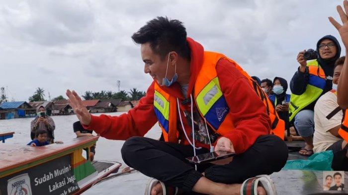 Potret Baim Wong naik perahu untuk salurkan bantuan