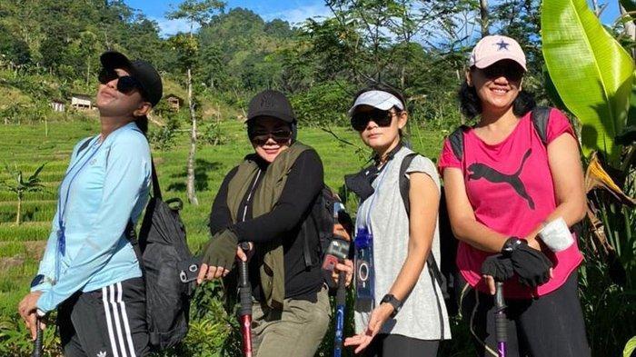 Potret Sarita Abdul Mukti trekking bareng teman-temannya