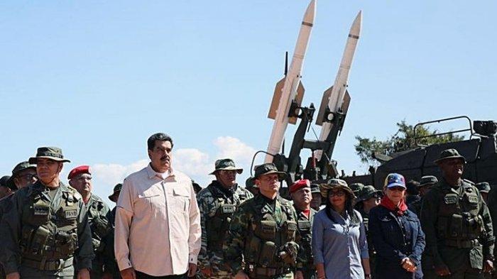 Gambar yang dirilis oleh Kantor Pers Kepresidenan Venezuela menunjukkan Presiden Nicolas Maduro (baju putih) bersama Menteri Pertahanan Vladimir Padrino (paling kiri), dan petinggi militer lain menghadiri latihan perang di Fort Guaicaipuro di Negara Bagian Miranda pada Minggu (10/2/2019)