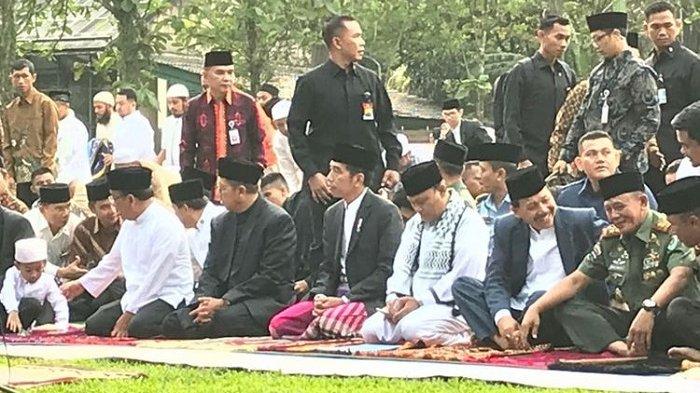 Presiden Joko Widodo dan Ibu Negara Iriana melaksanakan shalat Idul Fitri