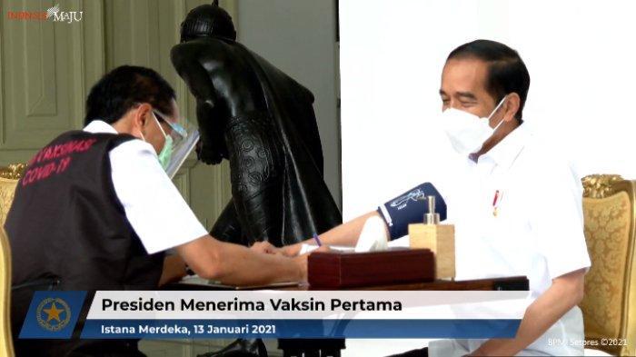 Presiden Joko Widodo dicek tekanan darah dan suhu tubuh sebelum divaksin