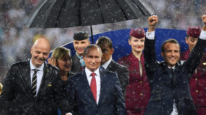 Payung Hitam Vladimir Putin Mencuri Perhatian di Final Piala Dunia 2018, Akankah Jadi Trend?