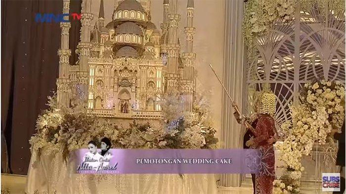 Prosesi pemotongan wedding cake Atta-Aurel.