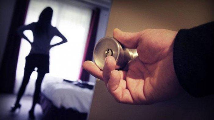 TEGANYA Suami Jual Istri ke Pria Lain, Tak Marah Saat Istri Berpakaian Seksi Layani Tamu di Kamar