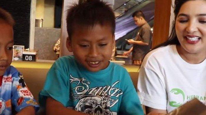 Ajak Bocah Penjual Cilok Buka Puasa, Ashanty Malah Diajak Makan di Warteg, Putra: Mahal Bun