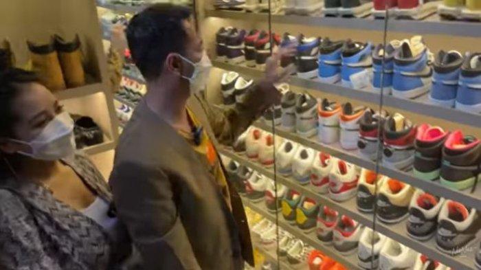 Raffi Ahmad dan Nagita Slavina lihat koleksi sepatu Jeje Govinda.