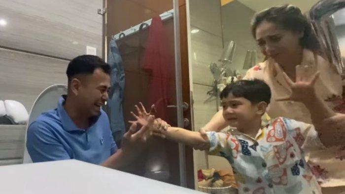Raffi Ahmad & Nagita Prank Colekan Kotoran ke Putranya, Rafathar Kesal: Ada Kamera, Aa Udah Tau