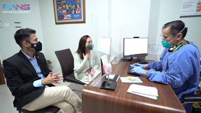 Raffi Ahmad menemani Nagita Slavina konsultasi ke dokter kandungan.