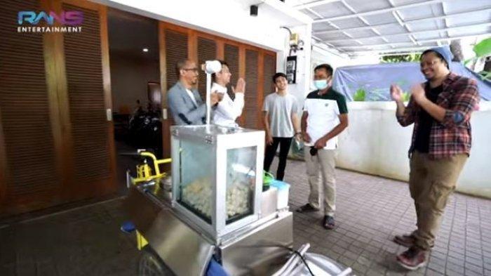 Raffi Ahmad rombak gerobak bakso ikan ayah Dimas Ramadhan (YouTube Rans Entertainment)