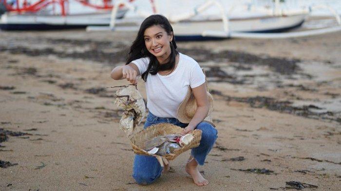 Peduli Lingkungan, Raline Shah Punguti Sampah di Pantai, Lawan Main Fedi Nuril Tuai Pujian