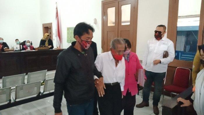 RE Koswara (85), pria asal Kecamatan Cinambo Kota Bandung hadir di persidangan Pengadilan Negeri Bandung, Selasa (19/1/2021), dengan dipapah dua anaknya, Imas dan Hamidah