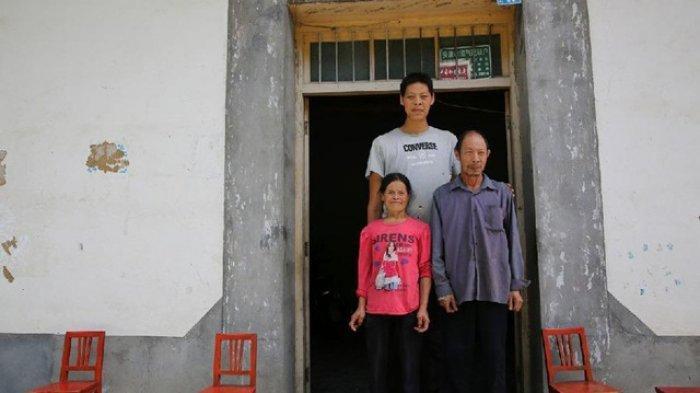 Ren Nengbing beserta ayah dan ibunya