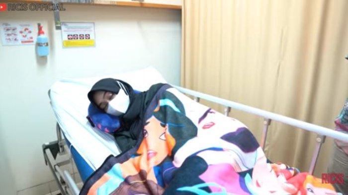 Ria Ricis terbaring sakit di rumah sakit.