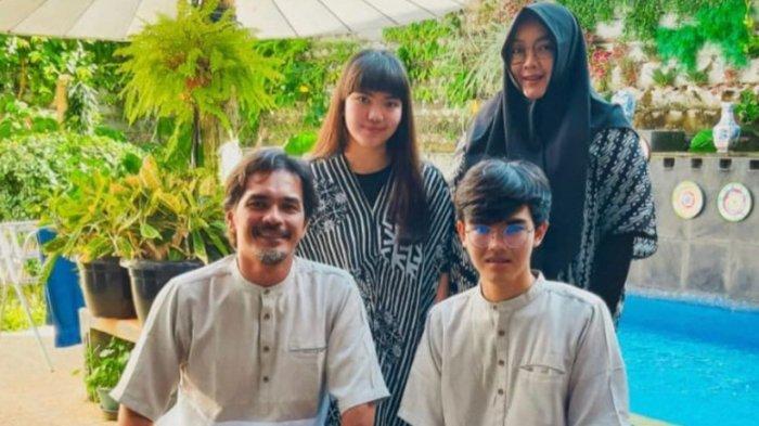 Rina Gunawan, Teddy Syah dan dua anak mereka.