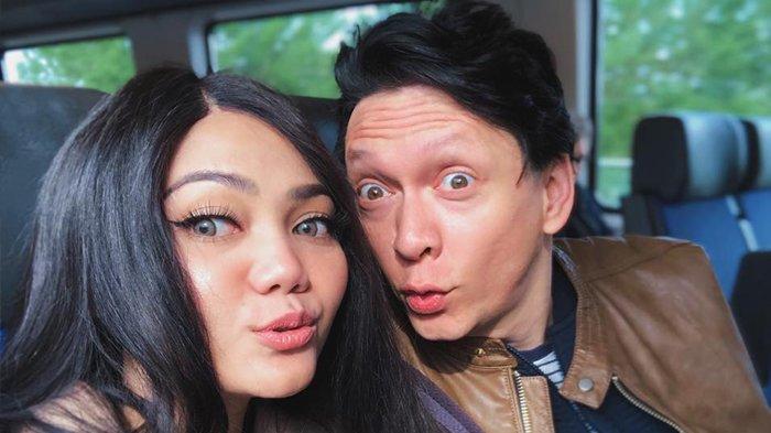 Terpaksa Undur Pernikahan, Rina Nose Sebut Beberapa Kendala yang Dihadapinya dengan Josscy Aartsen