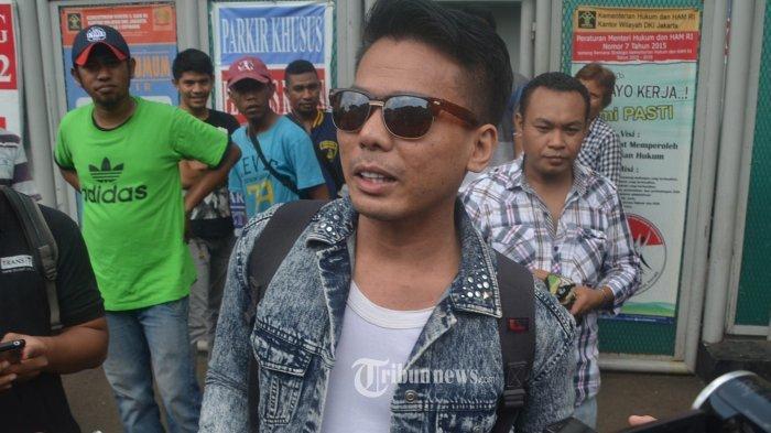 BEBAS - Robby Abbas terdakwa kasus mucikari artis, menunjukan surat pebebsannya dari Rutan Cipinang, Jakarta Timur, Selasa (10/5/2016). WARTA KOTA/Nurs Ichsan