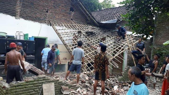 Rumah warga rusak terdampak gempa bumi di Kecamatan Arjasa, Jember, Sabtu (10/4/2021).