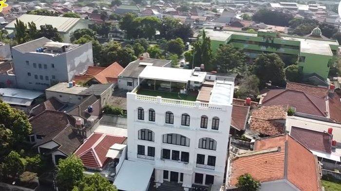 Rumah Zaskia Sungkar dan Irwansyah dilengkapi dengan rooftop.