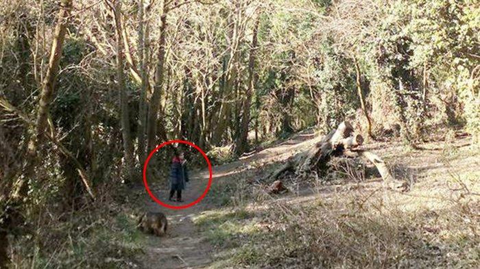 Saat Mengambil Foto Anaknya di Hutan, Ibu Ini Menyadari Ada Sesuatu yang Mengerikan