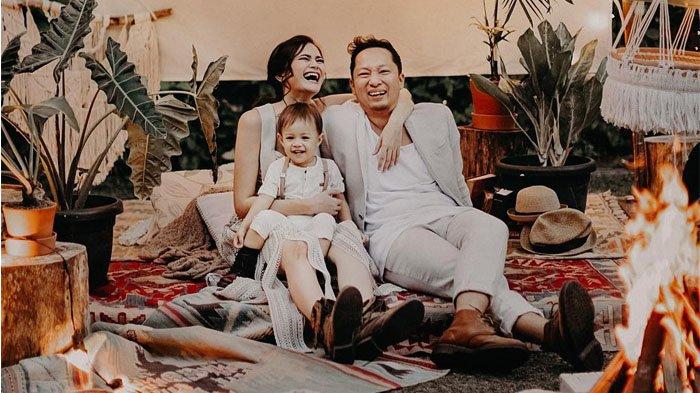 Keluarga Sabai Morscheck Ucapkan Selamat Lebaran, Coba Perhatikan Posisi Kocak Ringgo Agus Rahman