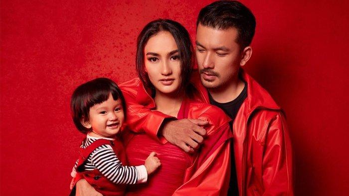 5 Potret Menggemaskan Baby Sal Temani Ibunda Syuting Film Pariban Idola di Tepi Danau Toba
