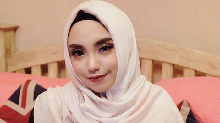 Salmafina Sunan Ucapkan Selamat Tahun Baru Dengan Penampilan Ini, Netter: Beneran Lepas Hijab?