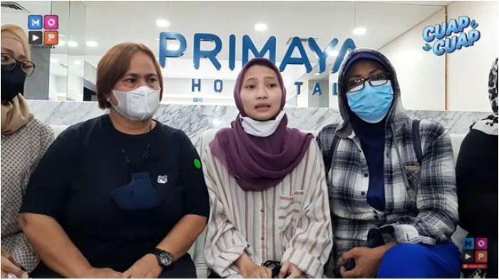 Sang putri, Siti Khadijah (tengah) kabarkan kondisi Dorce setelah dilarikan ke rumah sakit.