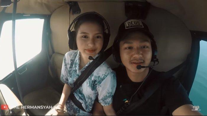 Sarah Menzel dan Azriel Hermansyah saat naik helikopter