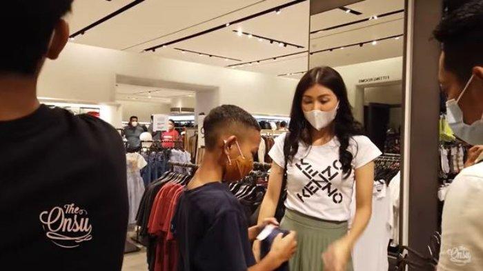 Sarwendah ajak Kevin Peto belanja baju di mall.