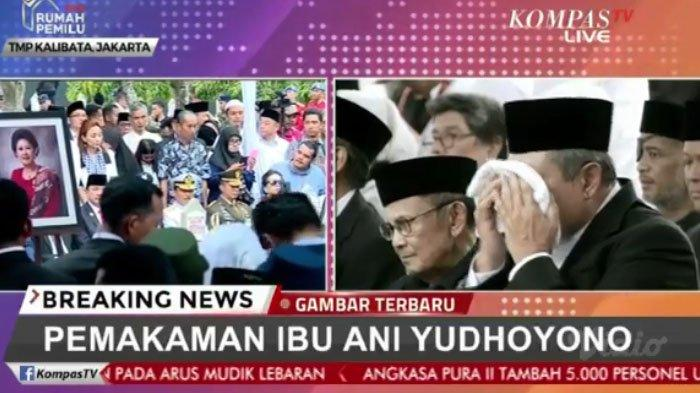 SBY terlihat menyeka air matanya yang tumpah melihat istri dimasukkan ke liang lahat