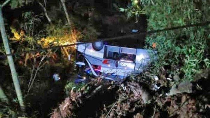 Sebuah bus rombongan ziarah terjungkal di jurang Tanjakan Cae, Wado, Sumedang, Jawa Barat