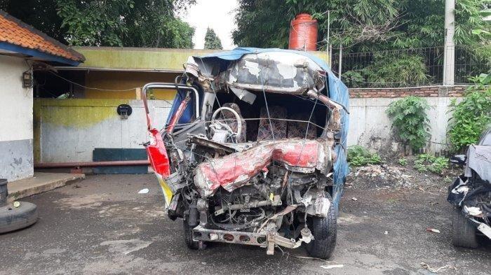 Sebuah mobil elf ringsek akibat kecelakaan maut di Tol Cipali KM 78