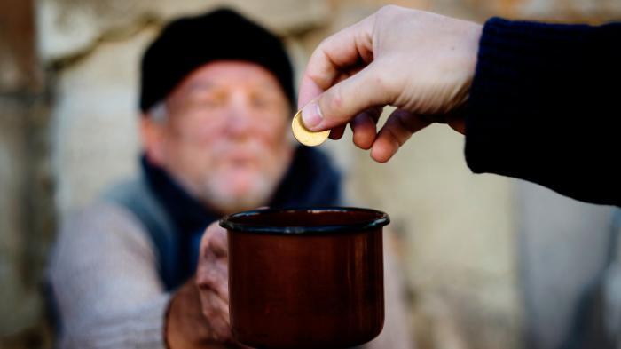 5 Keutamaan Bersedekah bagi Seorang Muslim: Membuat Hati Bahagia hingga Dijauhkan dari Siksa Neraka