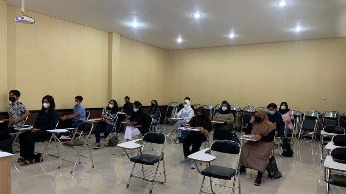 Sejumlah mahasiswa mengikuti PTM di UNS Solo, Rabu (7/4/2021).
