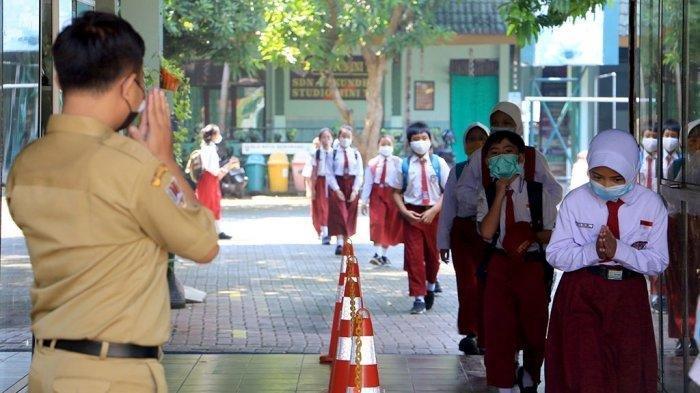 Sejumlah siswa mengikuti pembelajaran tatap muka.
