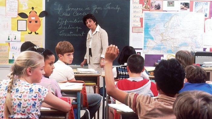 Selamat Hari Guru Sedunia. Ilustrasi guru sedang mengajar siswa.